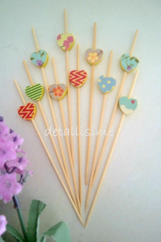 Palillos de madera con corazones con diferentes estampados. Medidas: 12 centímetros. Ideales para brochetas, dulces y saladas, aperitivos, pinchos, aperitivos, pop cupcakes...