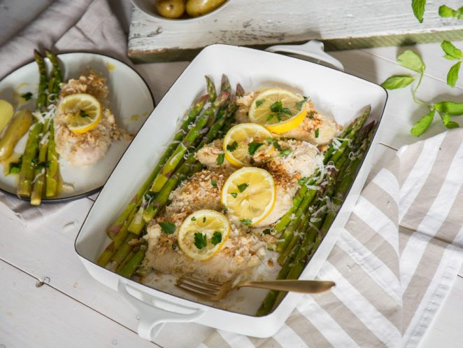 Zitronenhähnchen mit Parmesankruste und grünem Spargel