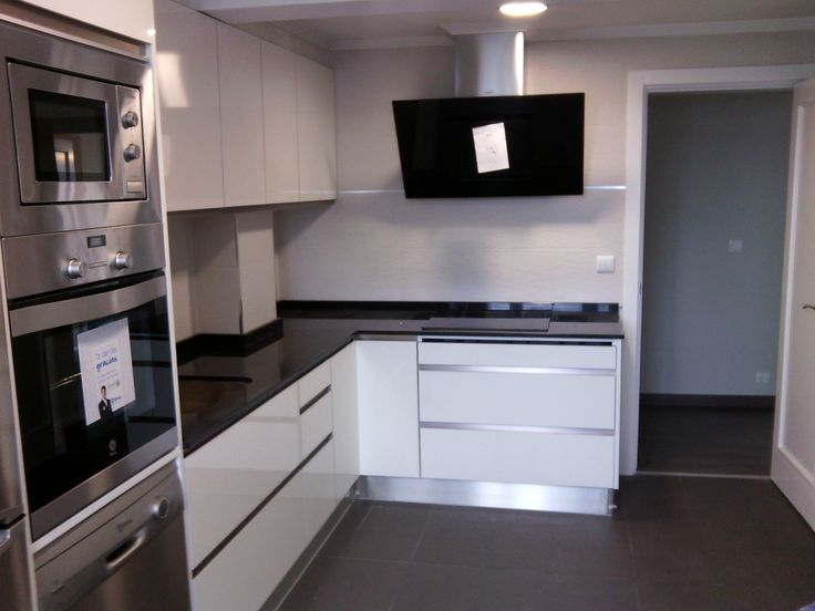 Ideas de #Cocina, estilo #Contemporaneo color #Blanco, #Negro, #Plateado, dis...