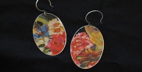 Fat Cat Jewelry Studio | Custom Handmade Art Jewelry  Kari cerca una grande varietà di colori e immagini in scatole antiche di tutti i generi per il suo lavoro, poi si taglia il metallo in forme geometriche e unisce i pezzi per creare gioielli da favola.