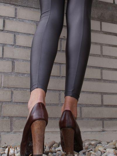 De Fata Luxe legging van het Spaanse Platino is het kleine zusje van de zeer populaire Fata Luxe naadpanty en net als haar grote zus is ze glanzend, supercomfortabel en voorzien van een prachtige naad aan de achterkant! Dankzij de glanzende, opaque stof ziet de Platino Fata Luxe er niet alleen uit als zijde, maar voelt ze ook net zo geweldig aan, dus absoluut een legging waar je heel lang en veel van gaat genieten!