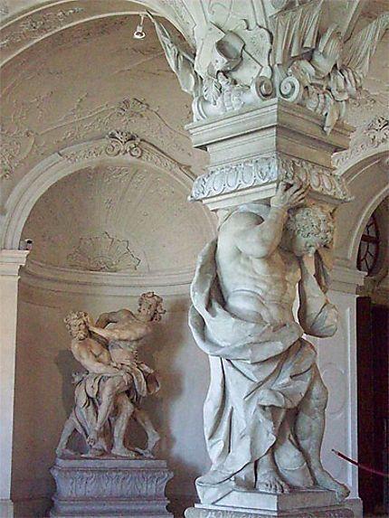 """Baroque: Atlante et titans, Belvédère supérieur à Vienne. - 45) SCULPTURE BAROQUE: Ce fut LE BERNIN qui marqua si bien qu'il fut surnommé Le """"Second Michel-Ange"""", le Bernin était aussi une figure importante de l'architecture baroque.- L'ARCHITECTURE BAROQUE; Apparition: Le développement du style baroque est généralement définie consubstantiel de la Contre-Réforme. Il a néanmoins été adopté par les élites des pays protestants du N de l'Europe et par celles du monde orthodoxe slave."""