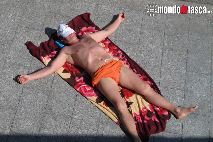 Un po' di #sole e il lungofiume della #Moscova si trasforma in una #spiaggia