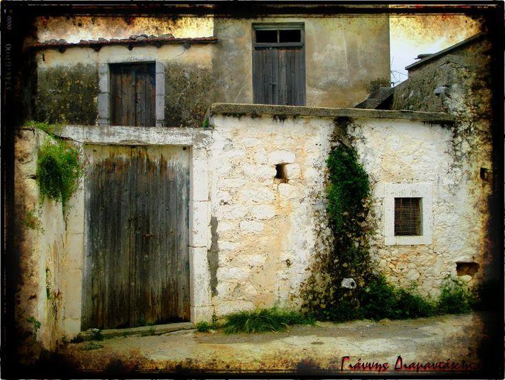 Πόρτες κλειδαμπαρωμένες...Γειτονιές ερειπωμένες..