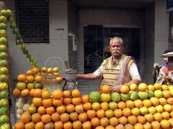 vendor: KOLKATA - 25 gennaio: Mobile stallo vendere succo di frutta per strada su 25 gennaio 2009 a Calcutta, India. Molti indiani mangiano da bancarelle di cibo fresco sulla strada piuttosto che mangiare a casa.