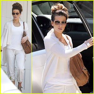 Kate Beckinsale is a vision in an all white ensemble and tre chic aviators. She always knows how to look her best!