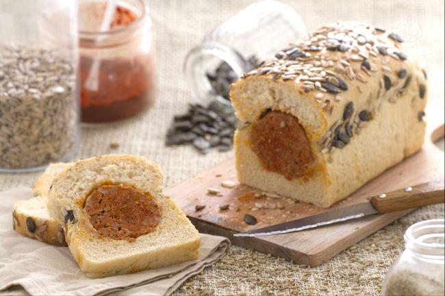 Il pane e salame è una merenda golosa e sfiziosa, preparata con pane ripieno di una salamella insaporita con peperoncino e semi di finocchietto!