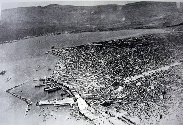 Aerial view of Smyrna in 1919. To the left is the harbor and across from it is Kordelio (in Turkish Karşiyaka). The mountain is Yamanlar Daǧi). Behind it is Menemeni (in Turkish Menemen).