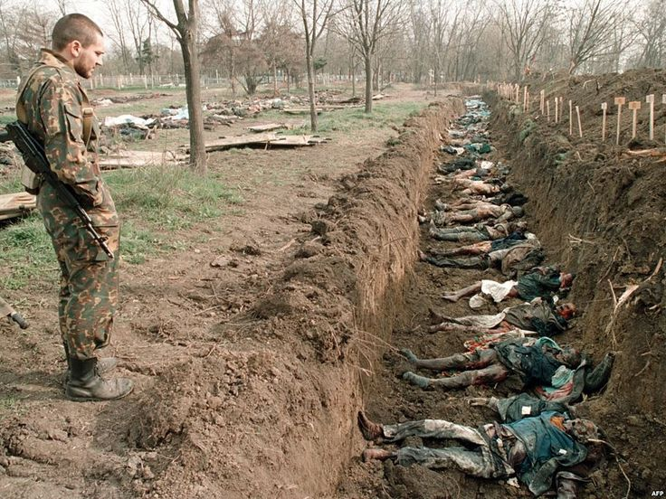"""(52) Одноклассники   """"Хочу узнать у вас ребятки, которые разразились гневными комментами в отношении наших методов работы с киборгами. Али позабыли вы про захоронения расстрелянных гражданских под Донецком, которых укропы заподозрили в сотрудничестве с ополченцам и расстреляли (см. фото вскрытия захоронения) со связанными за спиной руками?"""