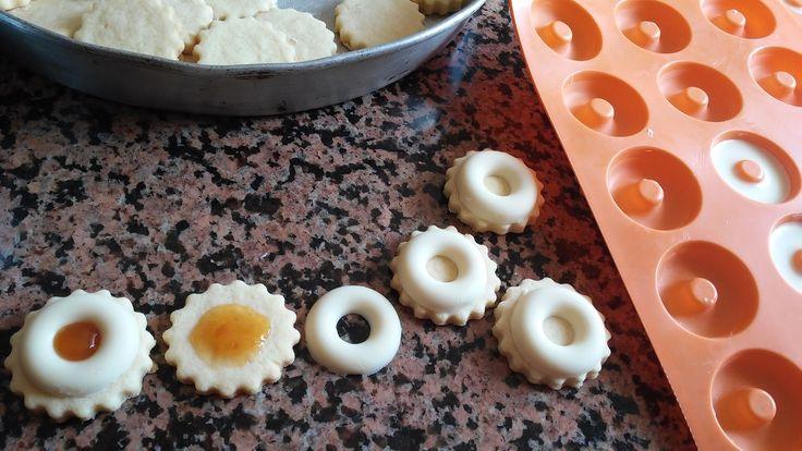 couronnes de chocolat sur sablés à la confiture