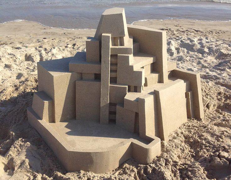 Umelec Calvin Seiber strávil nejaký čas meste New York. To by samo o sebe nebolo nič špeciálne. Špeciálne sú však jeho diela, ktoré vytvoril na pláži Rockaway. Vytvoril niekoľko úžasných geometricky prepracovaných hradov s piesku. Keď sa povie hrad z piesku, tak väčšina ľudí si predstaví niekoľko hrčiek spojeného mokrého piesku. Calvin Seibert je však …