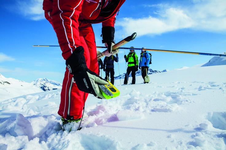 Freeride Saftey Check - gemeinsam mit unserem Bergführer trainierst du die einzelnen Schritte der Lawinenverschüttetensuche und bekommst viele hilfreiche Tipps. Höhepunkt ist die Absprengung einer Lawine durch die Pistenrettung (bei entsprechender Schneelage). #silvrettamontafon #skiing #freeride #safety #LVS