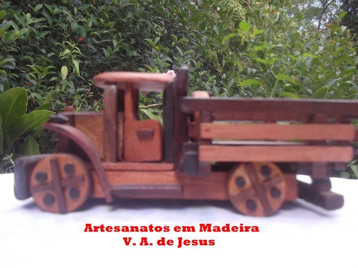 Caminhão pequeno Com 20cm de comprimento e 10x10cm de altura e largura.  Ele tem portas que abrem e  rodas que giram normalmente.