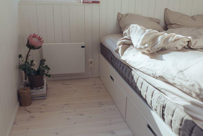 Snickeribyggd säng och förvaring i modulbyggt sommarhus. www.sommarnojen.se #sommarhus #fritidshus #sovrum #säng #förvaring