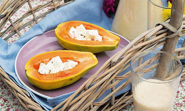 Os maiores prazeres estão em coisas tão simples como um saboroso pequeno-almoço. A receita de papaia com queijo fresco, que pode acompanhar com um delicioso batido, é uma boa ideia para começar da melhor forma o seu dia, com tempo e de forma saudável.