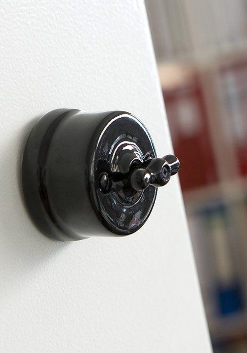 Osez mixer les styles et décorez vos murs avec les interrupteurs #Fontini en porcelaine noire. #interrupteur #retro #vintage