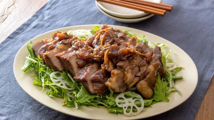 枝元 なほみさんの豚肩ロースを使った「きんかん煮豚」のレシピページです。フライパンでつくれる簡単煮豚。きんかんシロップ効果で肉はやわらか、味はさっぱりと仕上がります。冷めてもおいしい!おもてなしやお弁当にもどうぞ。 材料: 豚肩ロース、A