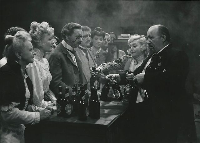 Sommerglæder (Svend Methling, DK, 1940) The unexpected influx of summer visitors creates panic at the bust threatened Brasens Hotel. The hotel and its staff are mildly not able to accommodate the many demanding holidaymakers, so there must think in unconventional solutions. http://www.dfi.dk/faktaomfilm/film/da/16132.aspx?id=16132