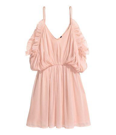 Puderrosa. Kurzes Kleid aus gecrinkeltem Chiffon. Modell mit beidseitigem V-Ausschnitt und schmalen Trägern. Fledermausärmel mit Cut-out an den Schultern
