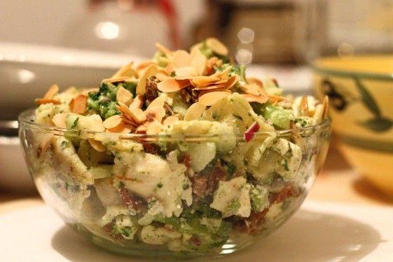 Sałatka z ravioli, fetą i prażonymi migdałami | W Krainie Smaku