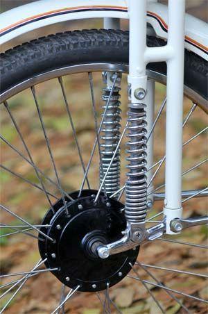 Besutan roundtank bisa dibilang transisi antara sepeda goes dengan sepeda bermesin yang jadi cikal bakal munculnya sepeda motor. Makanya pada kuda besi ini rangka yang diaplikasi masih mengandalkan sasis yang beserta kelengkapannya mirip sepeda onthel.