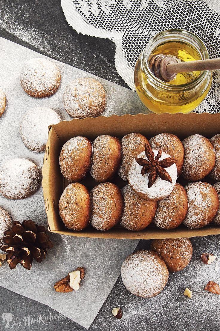 Medove perniky - Čo sa vám spája s Vianocami? Ak vás ako prvé napadlo vianočné upratovanie, stres a nakupovanie darčekov na poslednú chvíľu, tak šup s tými myšlienkami preč! 😀 Nahraďte ich vianočnými svetielkami, praskajúcim ohňom v kozube (kto nemá, tak aspoň príjemne hrejúcim radiátorom), darčekmi, ktoré ste si priali po celý rok a tradičnými, ale zdravšími vianočnými dobrotami. Na vašom stole by určite nemali chýbať tieto medové perníky.