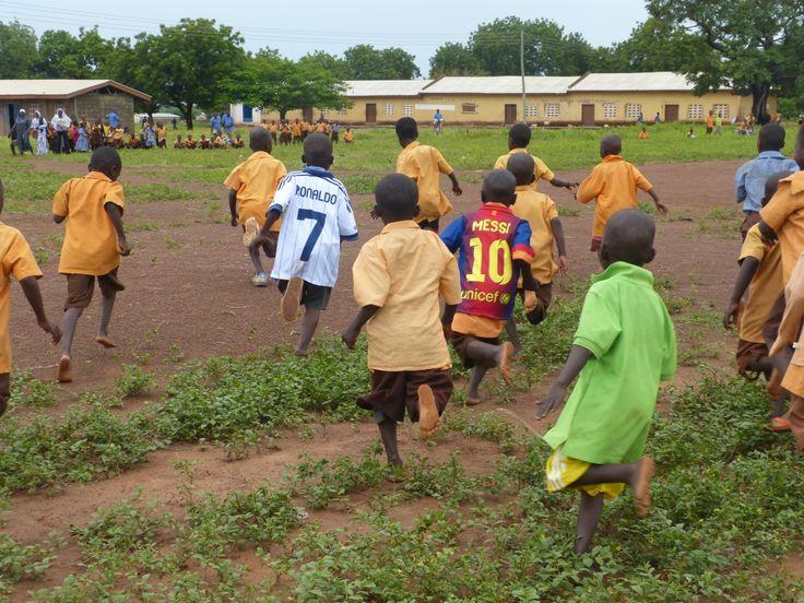 Esta foto la hicimos con motivo del viaje de nuestro padrino Andrés Caparrós a Ghana. Como podéis ver, Andrés repartió camisetas a los más pequeños del cole y se animaron a echar un partido.  www.worldvision.es