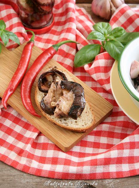 Grillowany bakłażan marynowany z ziołami i czosnkiem