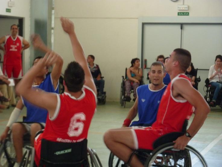 Baloncesto en silla de ruedas. Muy bien, para que se demuestre lo mucho que valen estos chicos. http://givas.es/siilas-de-ruedas/