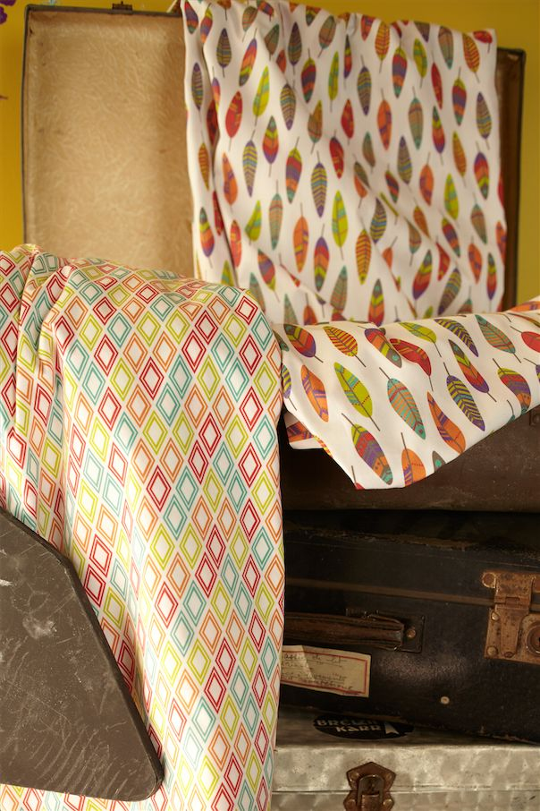 Collection : Matchu Pichu - Catégorie : Maison - Description : Zoom tissus imprimés ethniques, plumes, et losanges.