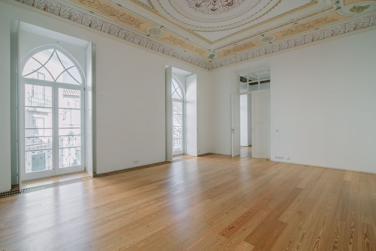 HomeLovers: empty living room