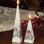 Pyramidenkerzen zur Tischdekoration, 2er-Set Wachskerzen mit Wintervogel-Motiv, weiß/rot, stimmige Weihnachtsdekoration, Höhe 15/25 cm
