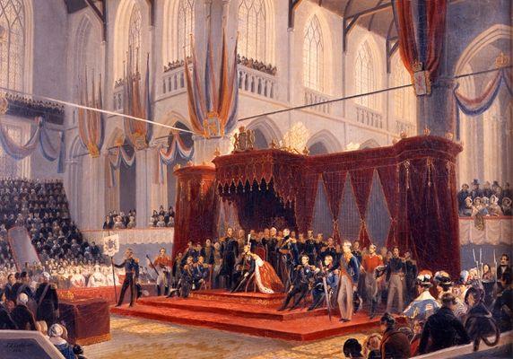 De inhuldiging van Koning Willem II in de Nieuwe Kerk te Amsterdam, 28 november 1840. De koning zit op de troon, met inhuldigingsmantel. Links en rechts op het podium staan dignitarissen met de rijksbanier, de ceremoniemeesterstaf en het rijkszwaard. Koningin Anna Paulowna zit links vooraan, met haar dochter Prinses Sophie, schoondochter Prinses Sophie van Württemberg en schoonzuster Prinses Louise van Pruisen.