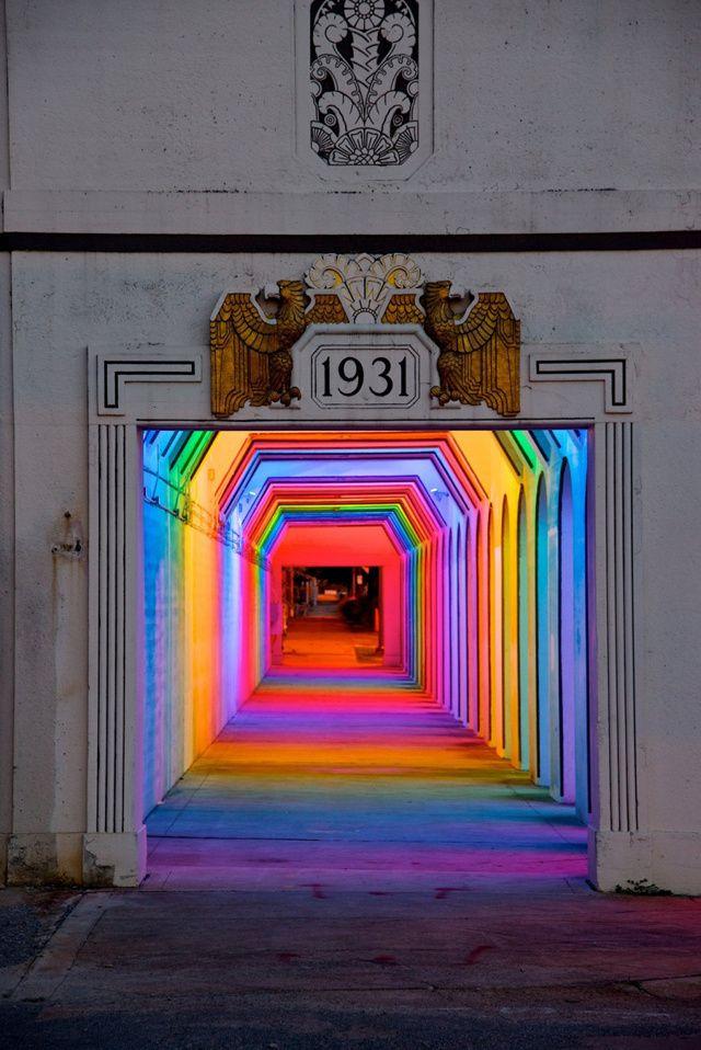 Aux USA, l'artiste Bill FitzGibbons a mis au point une oeuvre street art surprenante qui prend la forme d'un tunnel arc-en-ciel.