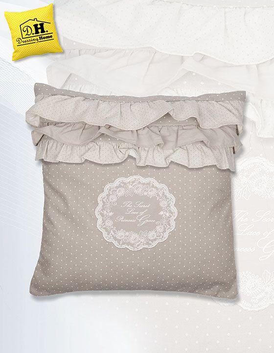 """Il cuscino arredo con tre volant della collezione """"Semplicemente shabby"""" in colore grigio perla e con una delicata stampa con dedica alla principessa Grace."""
