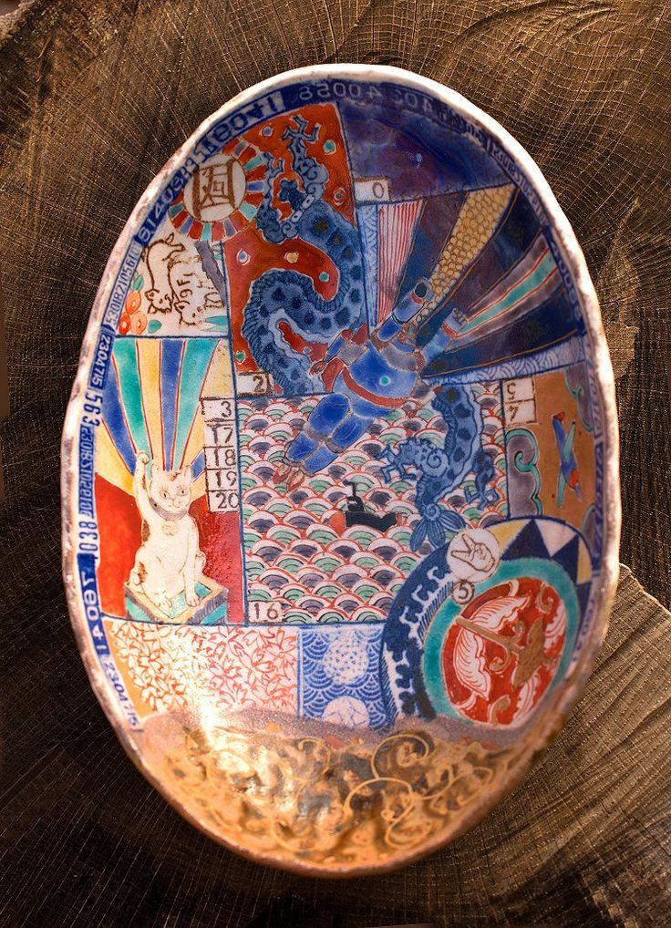 展覧会『「福ねこat百段階段」展~和室で楽しむ ねこアート~』が、東京・目黒のホテル雅叙園東京で開催。『平成色絵印判皿』 なかむらじん