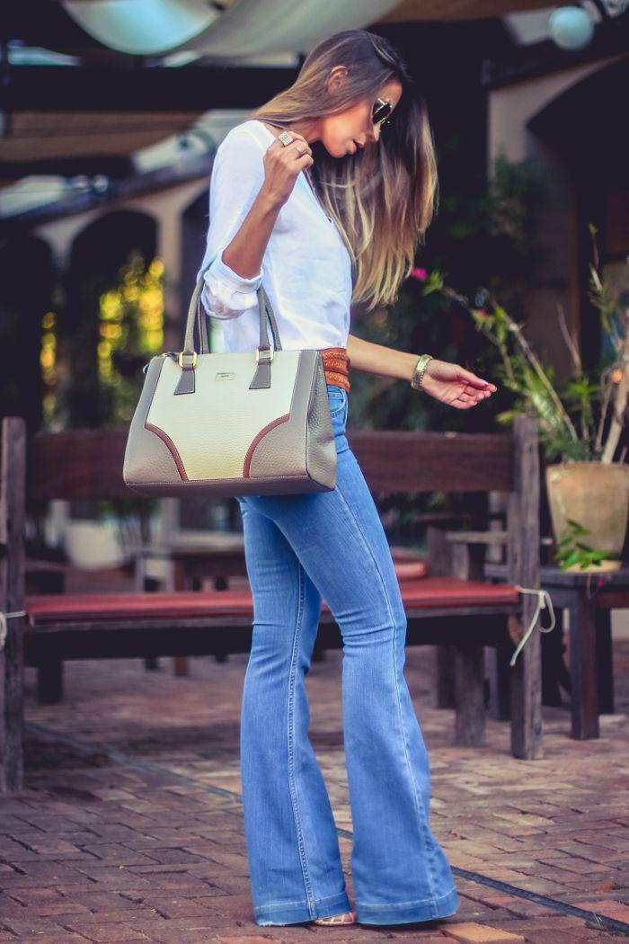 Look do dia com calça flare e camisa branca + bolsa de couro