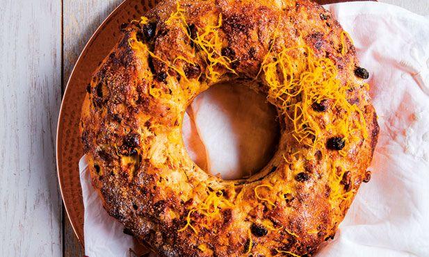 Prepare um bolo-rei natalício de forma fácil, usando a sua Chef Express. Esta versão do bolo-rei não leva fruta cristalizada, apenas frutos secos.