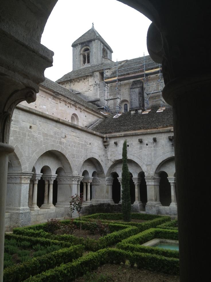 L'abbatiale de Sénanque vue de l'intérieure du cloitre