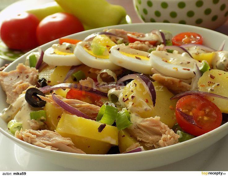 Studené uvařené brambory, vejce a olivy nakrájíme na plátky a osolíme. Cibuli nakrájíme na klínky a rajčátka na půlky.Smícháme zálivku ze všech...