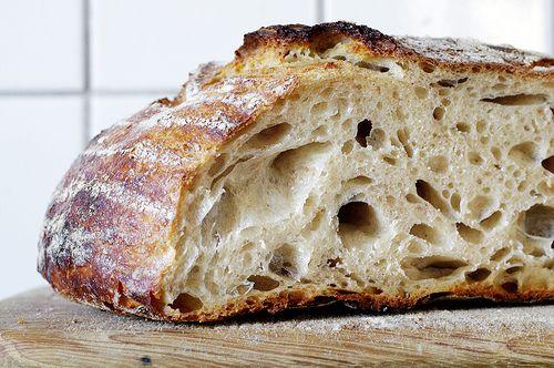 OKTOBERLEVAIN, två stora bröd På kvällen 50 g (1/2 dl) rågsurdegsgrund 200 g (2 dl) ljummet vatten 150 g (2 1/2 dl) vetemjöl special 50 g (k...