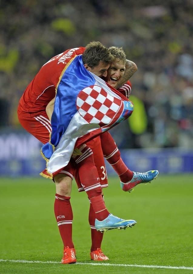 Mario Mandzukic scores first to help Bayern hoist the Champions League trophy