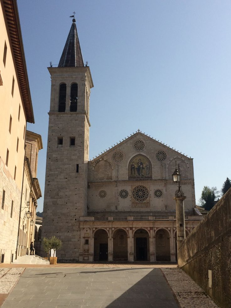 La facciata della cattedrale di Santa Maria Assunta, XIII secolo, è a capanna, con paramento murario costituito da blocchi in pietra. Nella parte inferiore il portico rinascimentale con cinque arcate a tutto sesto intervallate da colonne corinzie. La parte superiore della facciata, in stile romanico, è divisa in due fasce sovrapposte da un cornicione; nella parte superiore nella nicchia centrale, vi è il mosaico Cristo in trono. Alla sinistra si innalza la torre campanaria.