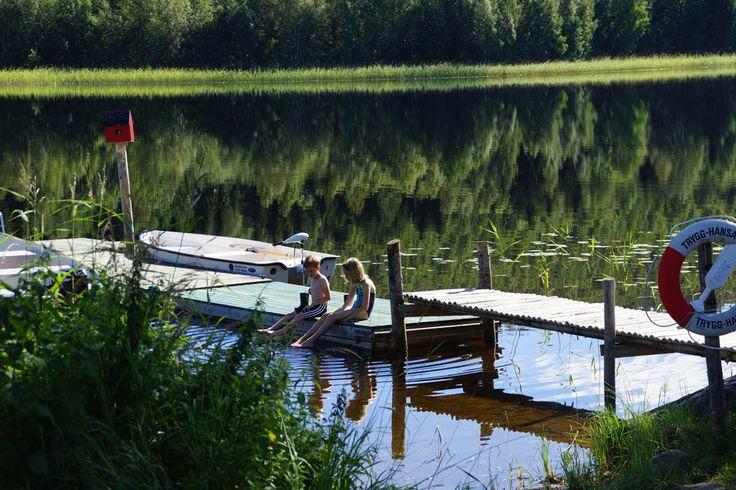 Op zoek naar een kindvriendelijke camping in het midden van Zweden? Ontdek nu Jannesland Camping Stugor & Fiske. Gelegen aan een meer en in het bos.