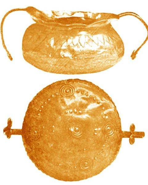 "Dacian gold goblet from Biia (Transylvania) Romania. It can be dated to 1,500 – 1,000 BC. It has handles ending with double-spiral motif. Two views (front and bottom) It was published by Parvan Vasile in ""Getica"" plate XIV, 1926, Cultura nationala, Bucuresti, Romania"