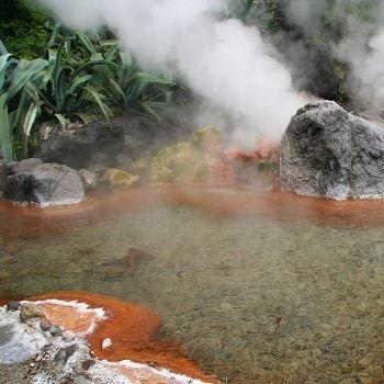 une source d'eau chaude à beppu au japon