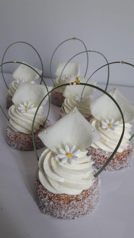 La recette permet de préparer 7 petits cakes individuels dans des cercles à entremet de 7,5cm de diamètre. Composition : Streusel amande citron jaune, moelleux pur amande citron vert, crémeux citro…