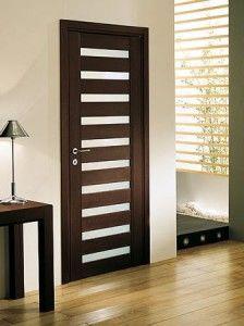 Elegante y moderna puerta de madera, vidrio y madera