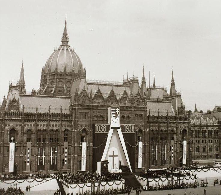 Kossuth Lajos tér, a Szent István emlékév megnyitó ünnepsége a Parlament előtt, 1938. május 30-án.