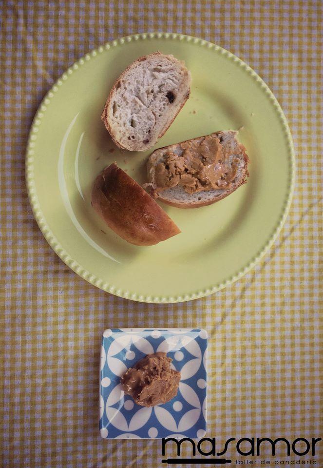 Pan Masamor con mantequilla de maní, perfecto para cualquier ocasión.
